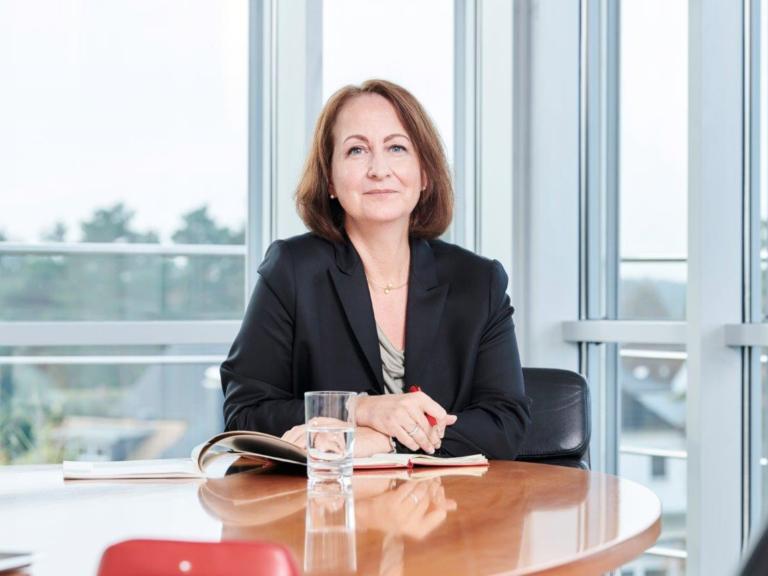 Birgit Aspin am Tisch